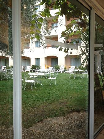 Hotel Le Floreal : udsigt til haven