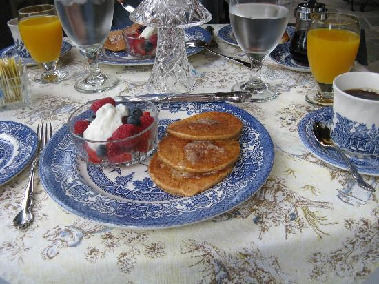 Pinebrook Manor B&B Inn: Sweet potatoe pancakes with ginger butter - yum!