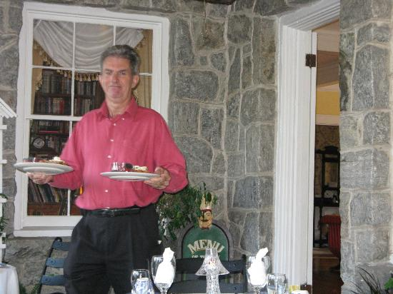 Pinebrook Manor B&B Inn: Graham bringing something wonderful for breakfast