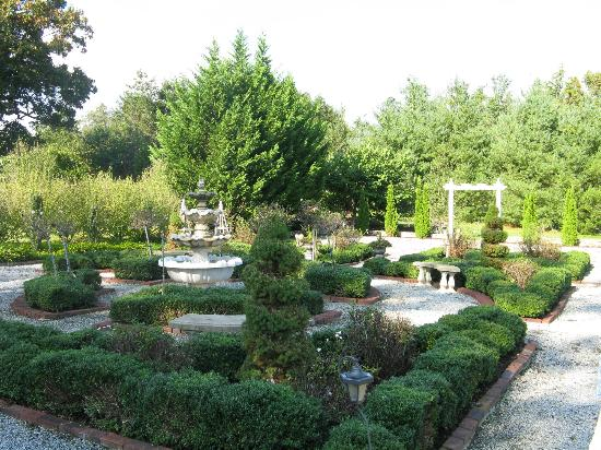 Pinebrook Manor B&B Inn: Some of the gardens