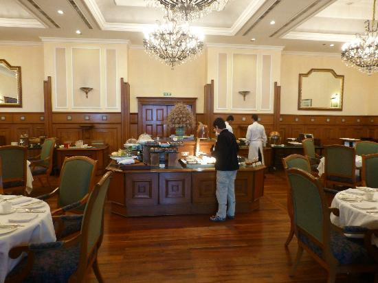 The Oberoi Cecil, Shimla: Restaurant with buffet area