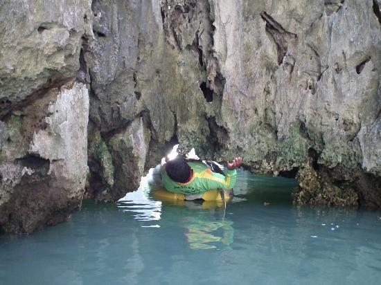 Phang Nga Bay: Kayking into a hong (room)  - watch your head...