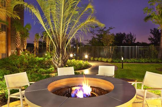 Element Miami International Airport: Fire pit