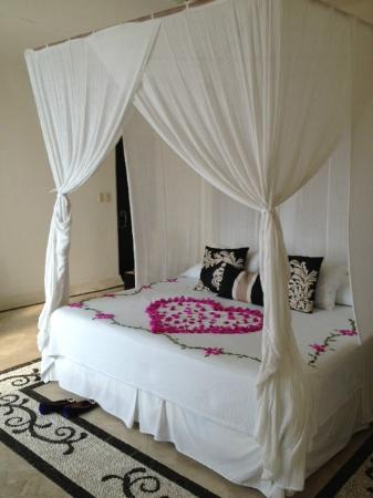 Tentaciones Hotel: Ana Catalina Bed with Flowers