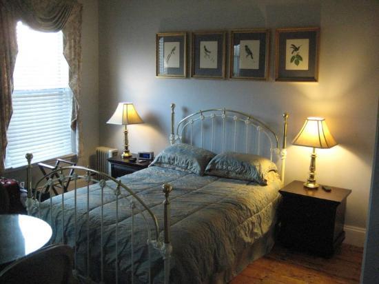 Verona's B&B: Room #5 - bed and decor 