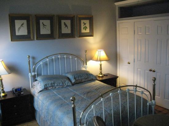 Verona's B&B: Room #5 - bed and closets 