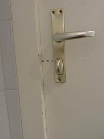 Hotel Kreuz Bern: Poor condition of room - bathroom door