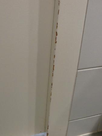 Hotel Kreuz Bern: Door frame in bathroom