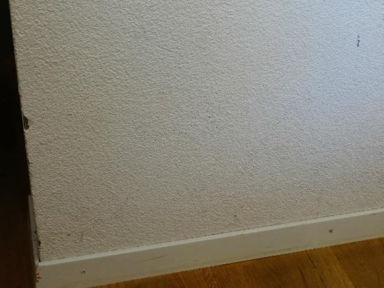 Hotel Kreuz Bern: Wall needing work