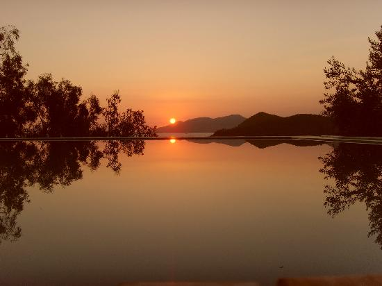 Beyaz Yunus Hotel: Sunset over the hotel pool