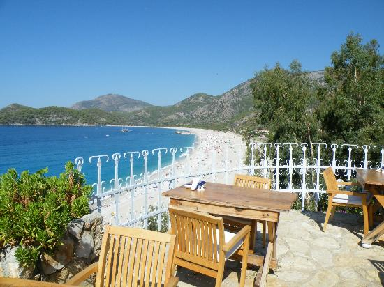 Otel Beyaz Yunus: Breakfast with a view.