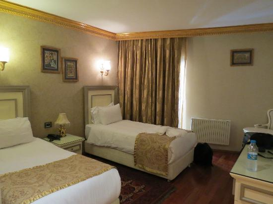 Maywood Hotel: Room