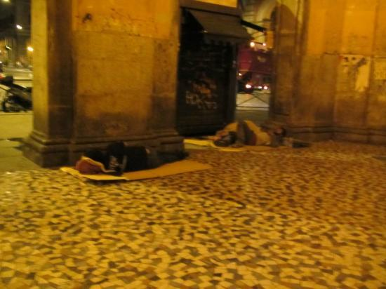 Hotel Maikol Rome: street entrance - homeless sleeping