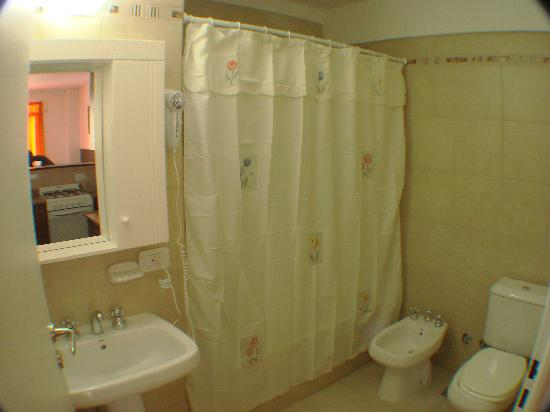 Lugabe I Apartments: amplio baño