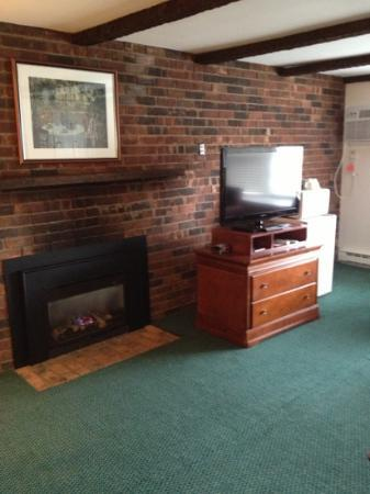 Yankee Inn: Fireplace
