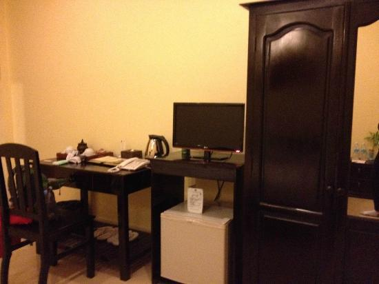 MotherHome Guesthouse: Wardrobe and desk