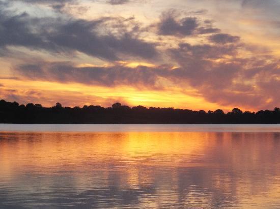 Lakeside Manor Hotel: Sun set over the lake