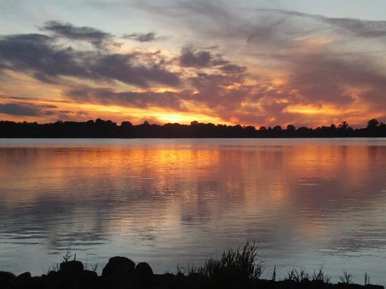 Lakeside Manor Hotel : Sun set over the lake