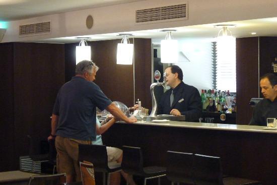 Catalonia Atenas Hotel: Catalonia Atenas' Cozy Little Bar