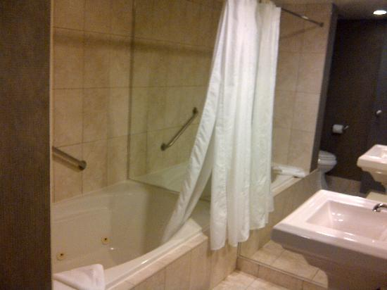 Four Points by Sheraton St. Catharines Niagara Suites: whirlpool