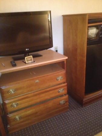 Rodeway Inn: missing drawer in king room