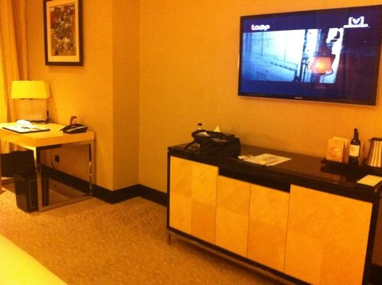 The Trans Luxury Hotel Bandung: tv and mini bar