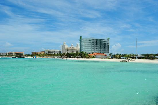 Hotel Riu Palace Aruba: Resort from further down the beach