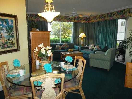 Cypress Pointe Resort: Dining room and Living room