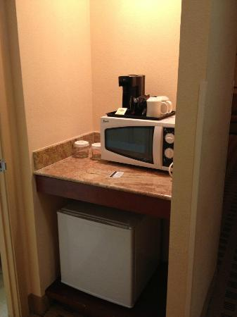 Crowne Plaza Houston River Oaks: Coffee, microwave, refrigerator below