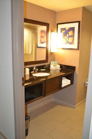 Holiday Inn Express & Suites Dayton South: Nice clean bathroom.