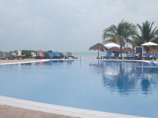 Ocean Maya Royale: Clean pools