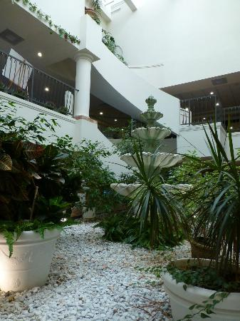 Country Club Hotel & Spa: Inside Hotel, peaceful indoor terrarium ..when the rain drops on the roof it make a relaxing sou
