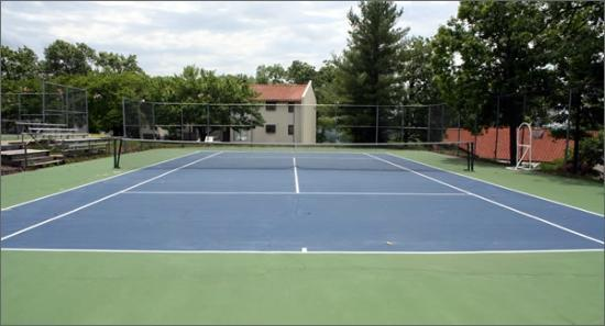 Country Club Hotel & Spa : Clay tennis courts, perfect for us!