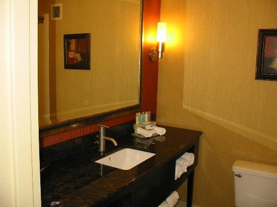 Holiday Inn Express Winston-Salem Downtown West: Bright bathroom
