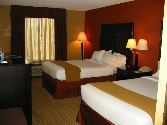Holiday Inn Express Winston-Salem Downtown West: Two Beds clean and bright