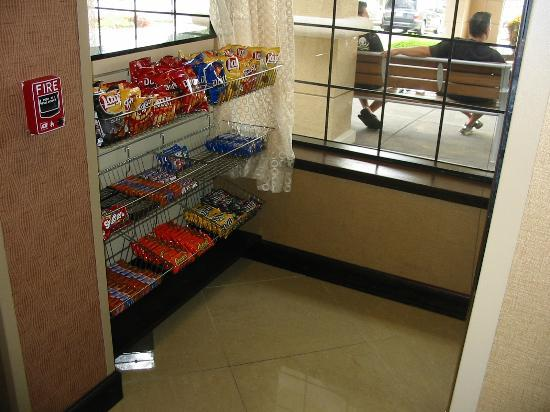 Holiday Inn Express Winston-Salem Downtown West: Pantry area