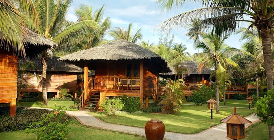 Coco Beach Resort: Bungalows & gardens