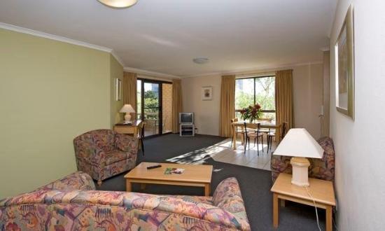 Kingston Court Apartments: LIVING ROOM
