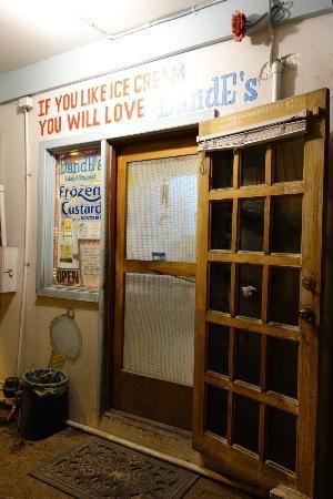 DandE's Frozen Custard & Sorbet : front entrance on Pescador Drive