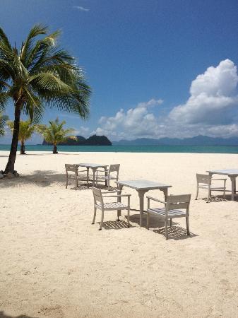 Four Seasons Resort Langkawi, Malaysia: Vue plage depuis la piscine famille et restaurant sur la plage