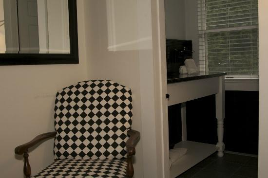 The Platinum Pebble Boutique Inn: Bathroom/Bedroom