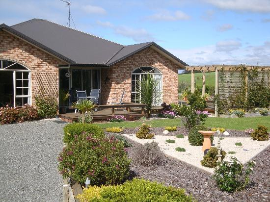 The Alders Homestay : Front of house & garden