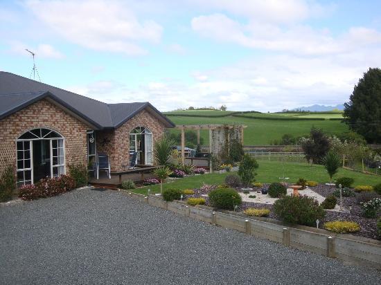 The Alders Homestay : House & gardens