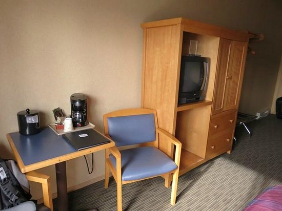 Denali Bluffs Hotel: Room- coffee making facility, small TV.
