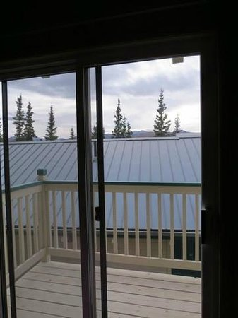 Denali Bluffs Hotel: Sliding door to small balcony