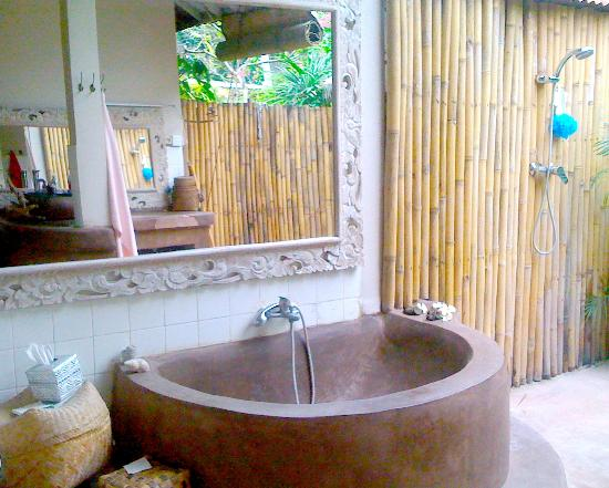 Casa Mia BnB Bali Seminyak: Bath tub in open bathroom