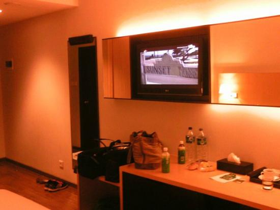 Hotel Santika Mataram: Room with 32 inch LCD TV