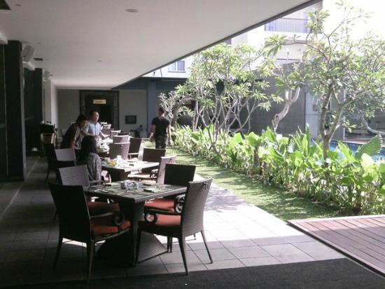 Hotel Santika Mataram: Breakfast area alonsgide pool