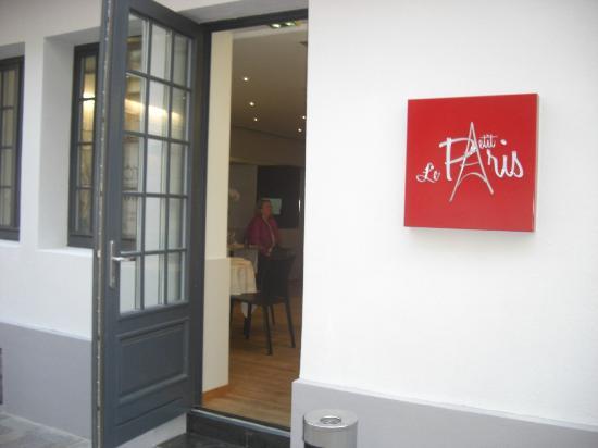 Restaurant Le Petit Paris: La porte est grande ouverte ...