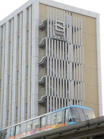 Hotel Gracery Tamachi: ホテル脇をすりぬける、かわいいポケモン車両!